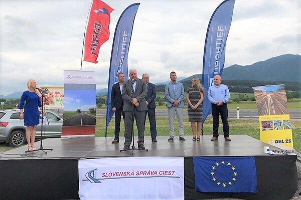Panelovku už aj oficiálne otvorili. Pásku prestrihoval minister dopravy Arpád Érsek.