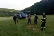 Na pomoc paraglajdistovi letel vrtuľník.