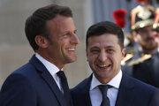 Francúzsky prezident Emmanuel Macron a ukrajinský prezident Volodymyr Zelenskyj.