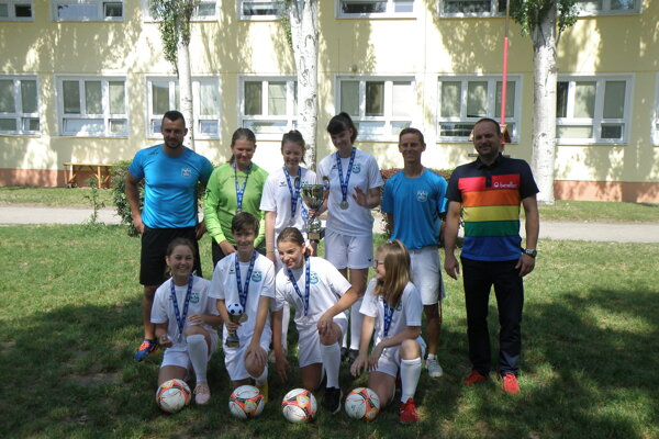 Futbalistky zo ZŠ Devínska so svojimi pedagógmi.