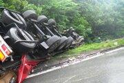Z hrozivo vyzerajúcej nehody vodič vyviazol len s menšími zraneniami.
