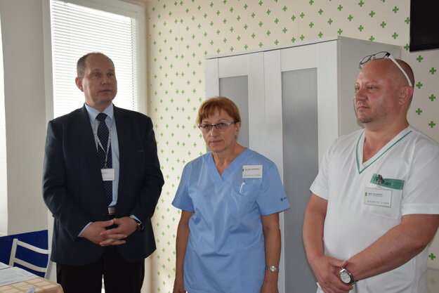 Zľava: riaditeľ nemocnice Juraj Bazár, Mária Cifraničová a Oto Szilágyi.