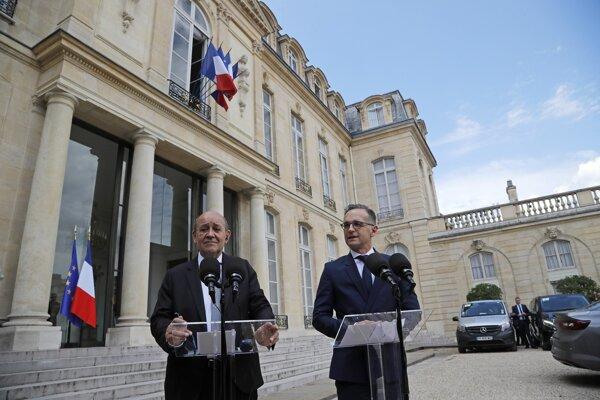 Šéf nemeckej diplomacie Heiko Maas (vpravo) s francúzskym ministrom zahraničia Jeanom-Yvesom Le Drianom.
