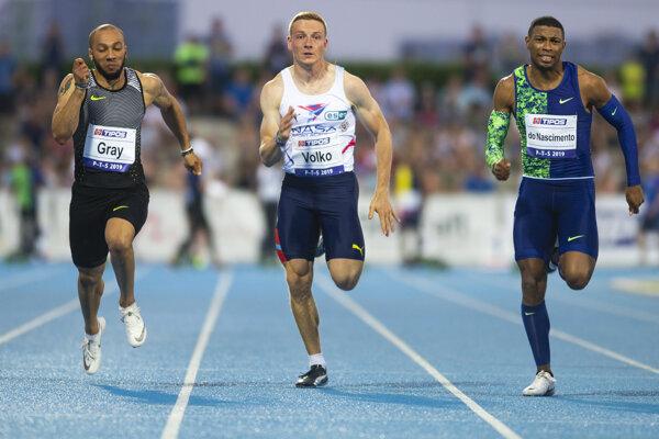 Slovenský reprezentant Ján Volko (uprostred), americký reprezentant Cordero Gray a brazílsky reprezentant Rodrigo Do Nascimento počas súťaže mužov v rozbehu na 100 metrov na 54. ročníku atletického mítingu Pravda Televízia Slovnaft (PTS) v Šamoríne 15. júna 2019.