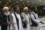 Mullah Abdul Ghání Baradar, najvyšší politický líder Talibanu (druhý zľava) spolu s ďalšími členmi delegácie Talibanu.