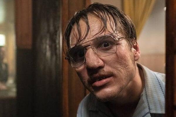 Jonas Dassler ako Fritz Honka vo filme Fatiha Akina U zlatej rukavičky.