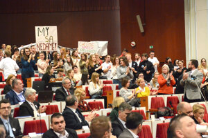 Pred pol rokom prišli študenti z Polárnej bojovať o svoju školu pred poslancov.