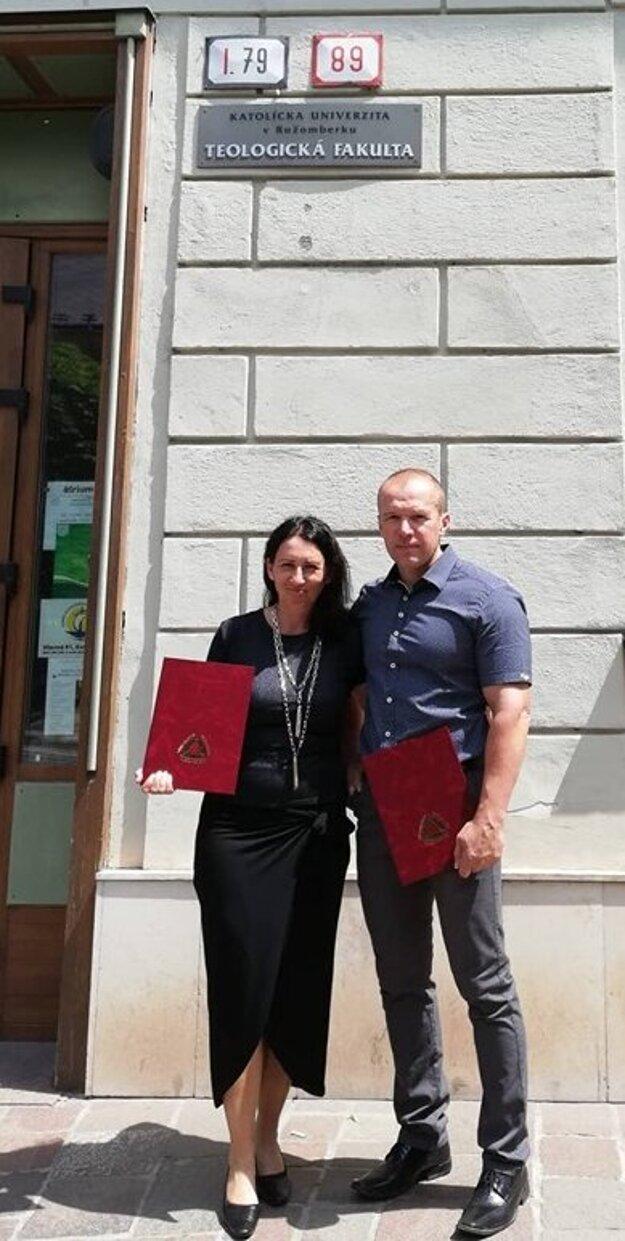 Manželia Slavkovskí s diplomami po ukončení štúdia teológie.