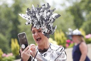 """Návštevníčka Royal Ascot s klobúkom počas tretieho dňa, ktorý je """"Dňom dám""""."""