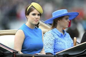 Princezná Eugenia a princezná Beatrice počas príchodu na prvý deň dostihov v Ascote.