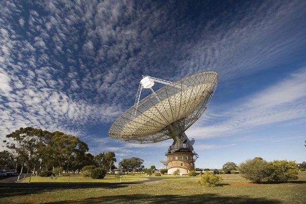 Vedci na rádioteleskope v austrálskom Parkse prvý raz zachytili ostrý exotický rádiosignál naživo.