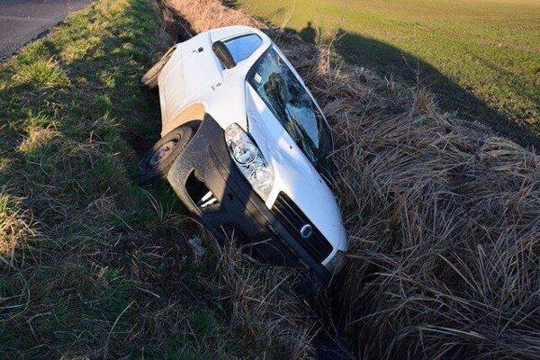 Auto skončilo na ľavom boku.