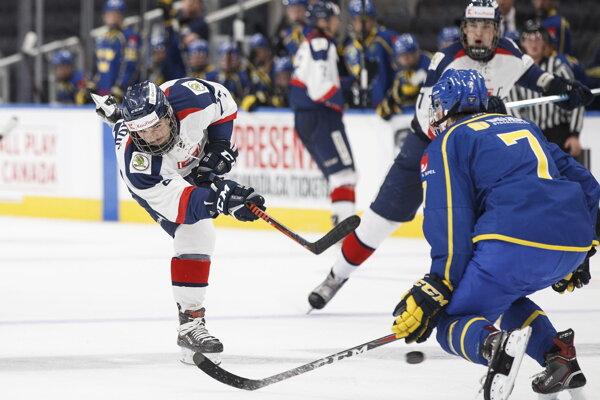 Maxim Čajkovič (vľavo) strieľa na bránku cez hráča Švédska Tobiasa Bjornfota (vpravo) v zápase základnej A skupiny  Hlinka Gretzky Cup hráčov do 18 rokov v kanadskom Edmontone 6. augusta 2018.