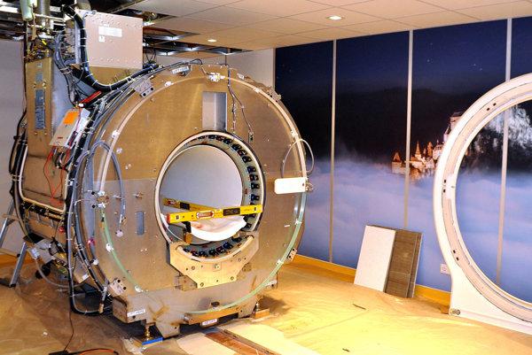 Prístroj magnetickej rezonancie pred dokončením inštalácie.