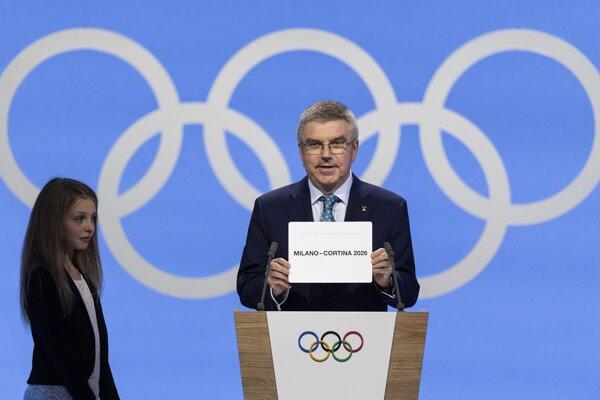 Thomas Bach oznamuje víťazstvo talianskych miest v boji o usporiadanie ZOH 2026.