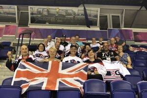 Britskí hokejbaloví fanúšikovia.