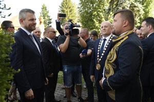 Vľavo predseda vlády SR Peter Pellegrini, vpravo mestský historik Ľuboslav Šmajda a za ním primátor mesta Stropkov Ondrej Brendza.