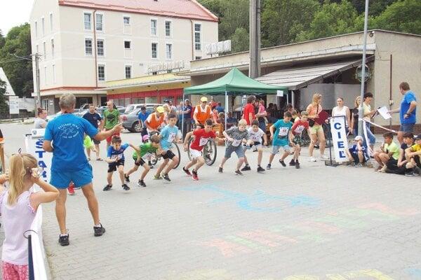 Na štarte bolo množstvo mladých bežcov.