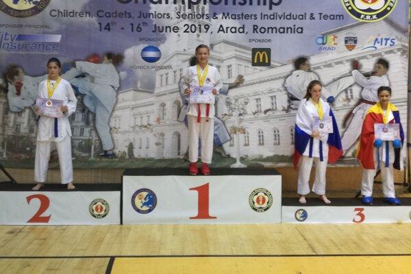 Nina Gadzmanová (v strede) sa tešila z titulu majsterky Európy i zo striebra v družstvách.