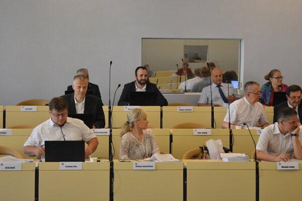 Poslanci rozhodovali aj o peniazoch pre výbory mestských častí.