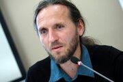 Branislav Moňok vysvetľuje, že po novom už nebudú môcť samosprávy doplácať na odpad zo svojich rozpočtov. Narábanie s nimi musia financovať z poplatkov za odpad, ktoré vyberú.