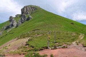 Vyšné Kopské sedlo (1 933 metrov nad morom) a v pozadí Hlúpy v Belianskych Tatrách.