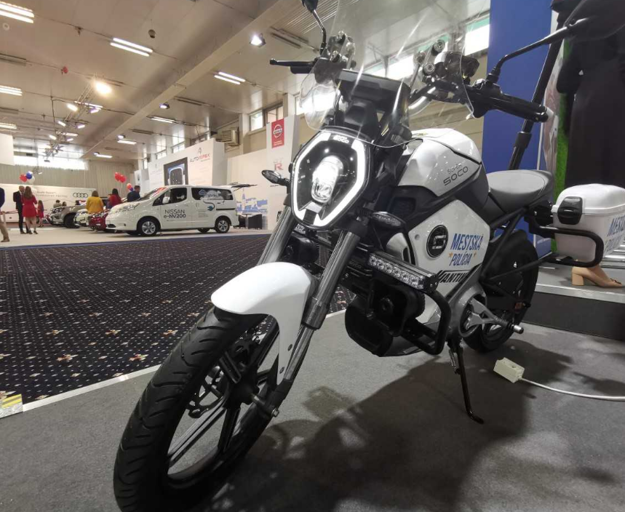 V koncepte Smart city predstavil Antik Telecom aj typ elektromotorky SuperSOCO doplnený o prvky užitočné pre mestskú políciu, akými sú osvetlenie, dodatočné batožinové priestory alebo hlasný výstražný systém.