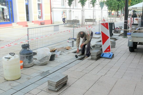 Oprava dlažby na pešej zóne je v lete už tradíciou.