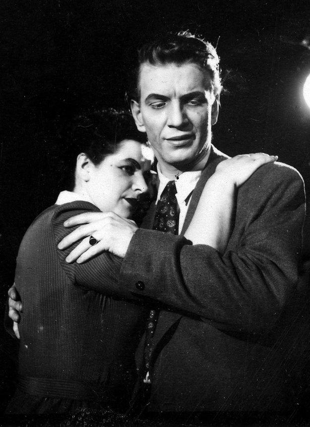 Herecké začiatky s kolegyňou Oľgou Rúfusovou v Nitrianskom krajovom divadle kde pôsobil do roku 1966.