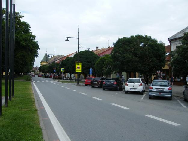 Celodenne zaparkované autá blokujú parkovacie miesta pre tých, ktorí sa chcú v centre zastaviť len na chvíľu.
