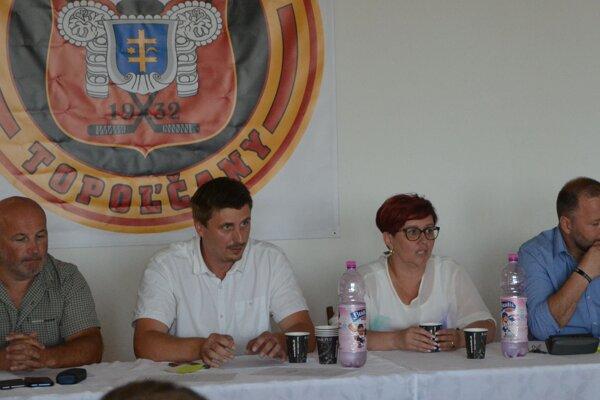 Valné zhromaždenie HC Topoľčany. Zľava: Michal Fráter, Ervín Mik, Alexandra Gieciová a Ľubomír Hurtaj.