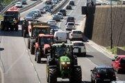 Traktory môžu na cesty prvej triedy celý deň.
