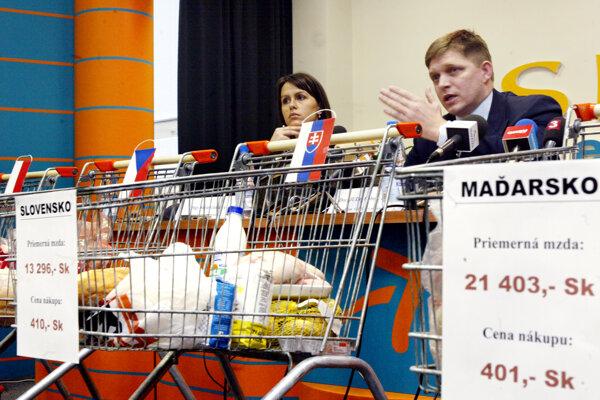 Opozičný poslanec Fico na fotografii z roku 2004 obviňuje vládu Mikuláša Dzurindu zo zbedačovania.