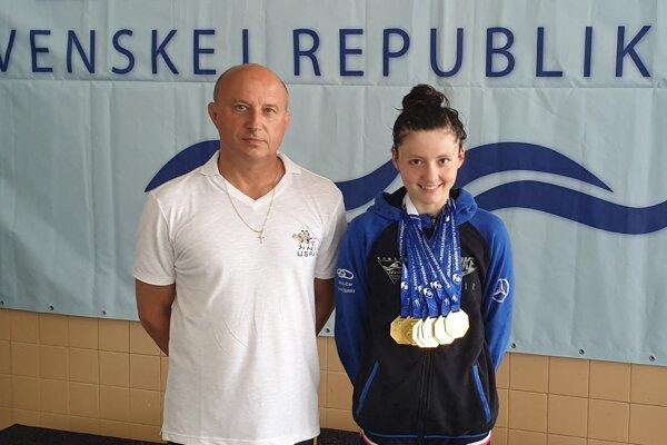 Miriama Szászová so zlatými medailami v krku. Po jej pravici spokojný tréner Michal Knihár