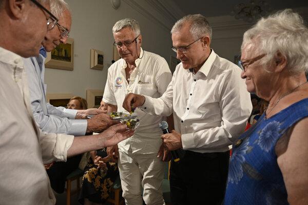 us svojho umenia predstavili na snímke zľava Jozef Leikert, Juraj Sarvaš, Dušan Jamrich, Štefan Bučko a Ida Rapaičová počas krstu knihy.