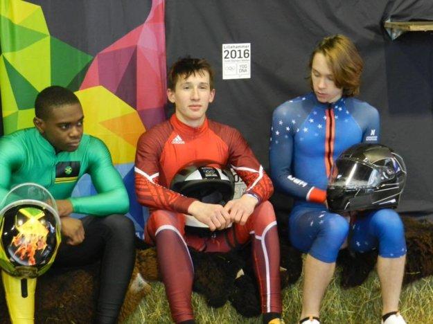 Jakub Čiernik (v strede) zažil prvé Olympijské hry mládeže.