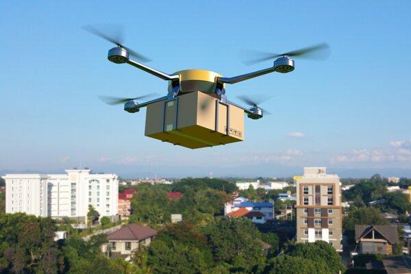 Dron odnesie menšie balíky, vyhne sa kolónam v meste.