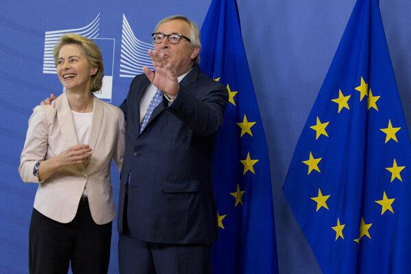 Pravdepodobná nová predsedníčka EK Ursula von der Leyenová a jej odchádzajúci predchodca Jean-Claude Juncker