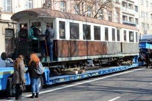 Do Bratislavy sa na kamiónovom návese vrátil vozeň historickej Viedenskej električky.