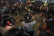 Demonštranti a polícia v Hongkongu.