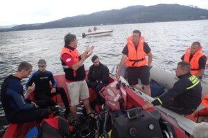 Porada potápačov a hasičov na vode.