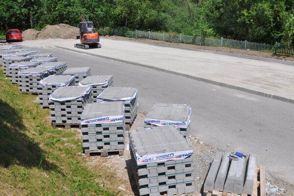 Budovanie parkoviska pri cintoríne.