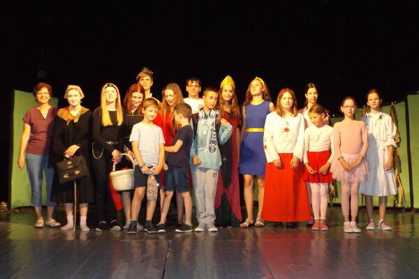 Mladí herci účinkujúci v súbore Javorinčatá.