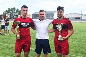 Organizátor Ladislav Kováč gratuloval víťazom z tímu Štadión klub.
