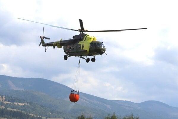 Na miesto požiaru by mal priletieť aj druhý vrtuľník.