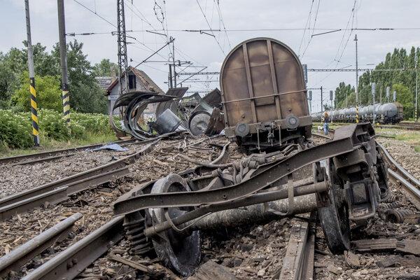 Vykoľajený vlak v stanici Trnovec nad Váhom.