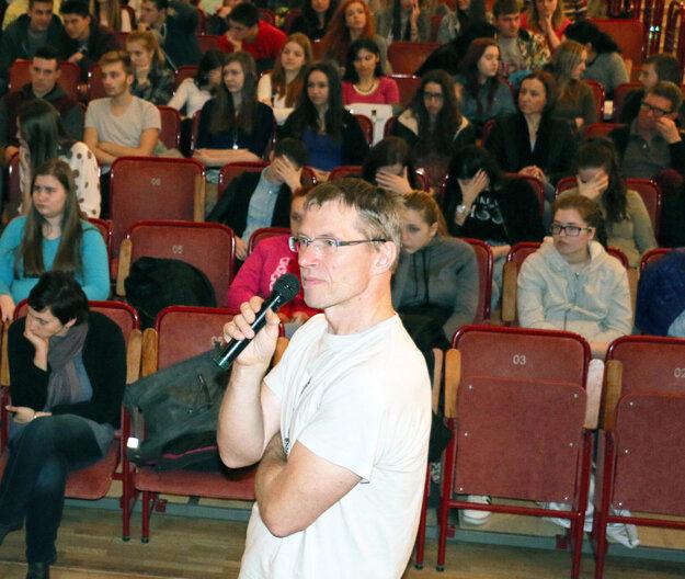 Riaditeľ festivalu Jeden svet Ivan Sýkora sa prihovára mladým divákom.