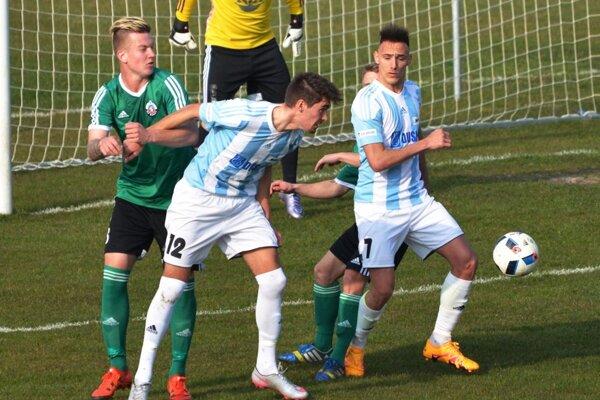 Futbalisti Šale vyhrali druhý zápas v rade. V bielomodrých dresoch Šimon Herceg a Rajmund Mikuš.