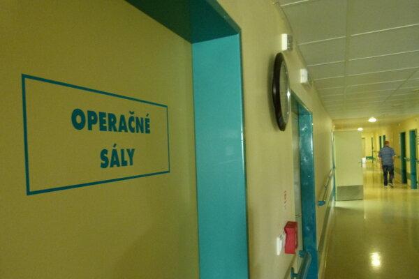 Pacientka po operácii ležala na chodbe oddelenia.