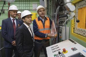 Ukrajinský prezident Zelenskyj pri odhalení nového krytu v Černobyle.